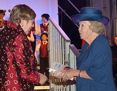 Prinses Beatrix ontvangt Jeugdbijbel